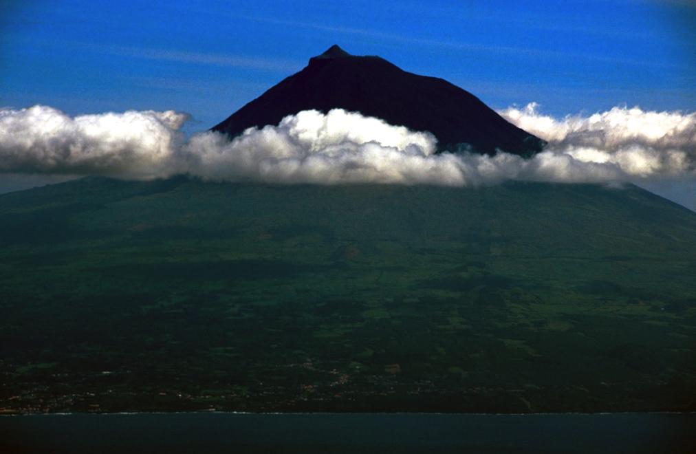 Il vulcano Pico tra le nuvole