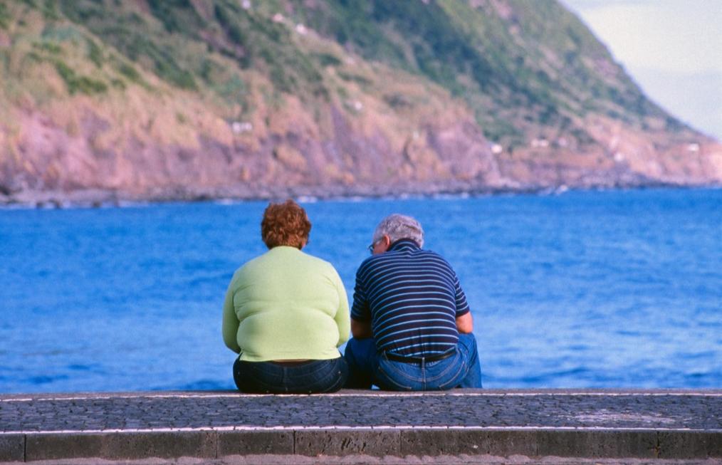 Anziani che guardano il mare alle Azzorre