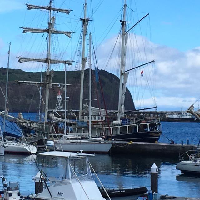 Barche a vela in rada a Marina di Horta, Faial